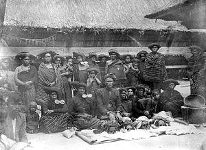 Tassilo Adam - Image: COLLECTIE TROPENMUSEUM Een Karo Batakse man met zijn familie en voor hen de schedels van de voorouders T Mnr 10000882