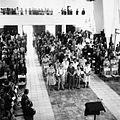 COLLECTIE TROPENMUSEUM Mensen komen bijeen voor een dienst in de protestantse kerk te Ullath TMnr 20000200.jpg