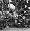 COLLECTIE TROPENMUSEUM Scene uit een Barong- en Krisdans in het voorhof van de dorpstempel TMnr 20000293.jpg