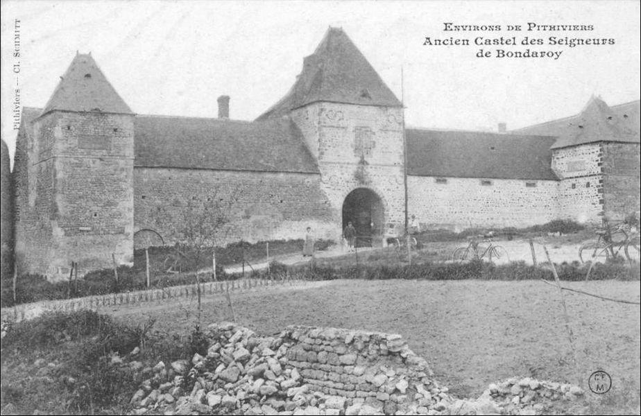 """Carte postale représentant le manoir de la Taille ou château de Bondaroy, annotée """"Environs de Pithiviers, ancien castel des seigneurs de Bondaroy"""", Loiret, Centre, France."""