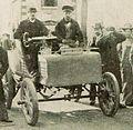 Camille Jenatzy, vainqueur de la côte de Chanteloup en 1899 (La Vie au Grand Air 19 novembre 1899).jpg
