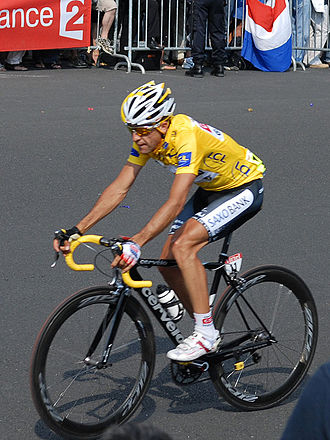 Carlos Sastre - Carlos Sastre entering Paris wearing the yellow jersey.