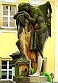 Chełmsko Śląskie, okazałe figura nagrobna na lewo od bramy, przy budynku plebanii.JPG