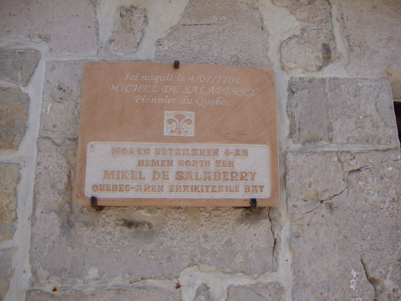 File ciboure pyr atl fr plaquette maison natale michel for Plaque nom de maison