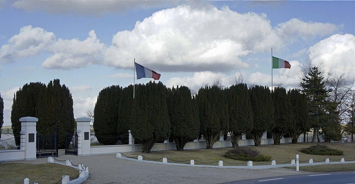 Cimetière italien de Bligny, l'entrée avec les deux drapeaux nationaux.