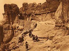 EDWARD SHERIFF CURTIS LE PHOTOGRAPHE DES AMÉRINDIENS 240px-Curtis_Acoma_Roadway_1904