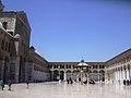 Damaskus, Omayadenmoschee, Ansichten vom Moscheehof mit weissem Marmor und Arkaden und dem Glockenhaus (37819322735).jpg