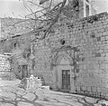 Deur met kruistekens erboven, vermoedelijk de ingang van een kerk, Bestanddeelnr 255-0127.jpg