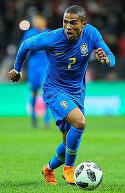65c26028e7e82 Douglas Costa jogando pela Seleção Brasileira em 2018.