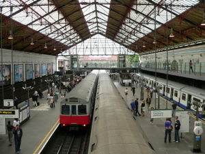The District Line platforms at Earl's Court Lo...