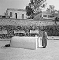 Een toezichthouder bij het graf van de filosoof en arts rabbi Maimonides met de , Bestanddeelnr 255-4103.jpg
