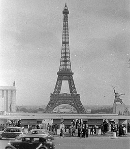 Paris Eiffelturm, FOTO:Fortepan — ID 4776: Adományozó/Donor: Unknown. archive copy at the Wayback Machine (archived on 24 January 2019) [Public domain], via Wikimedia Commons