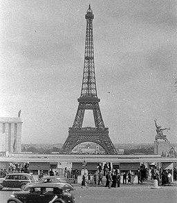 Paris Eiffelturm, FOTO:Fortepan — ID 4776: Adományozó/Donor: Unknown. archive copy at the Wayback Machine (archived on 24 January 2019) [Public domain], via Wikimedia Commons