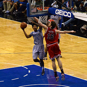 Elfrid Payton (basketball) - Payton in February 2015, attacking the basket against Pau Gasol.