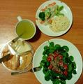 Ensalada, humus y tortillas de arroz.png