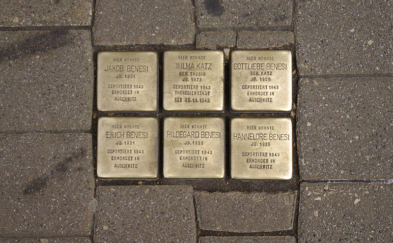 Datei:Erlangen Hauptstraße 2 Stolpersteine 001.JPG