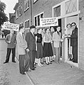 Evert Vermeer, de VARA commentator en kamerlid van de PvdA, ontvangt van de VVP , Bestanddeelnr 934-5489.jpg