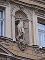 Fügnerovo náměstí 2, socha ve třetím patře.jpg
