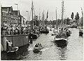 Feestelijk versierde schepen tijdens de Frans Halsvaartocht op het Spaarne, ziende naar het noorden. NL-HlmNHA 54031758.JPG