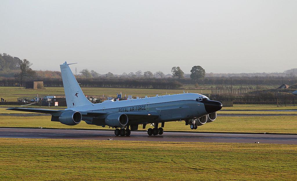 Boeing RC-135 (avion de  reconocimiento USA ) 1024px-First_Rivet_Joint_Aircraft_Lands_at_RAF_Waddington_MOD_45156408