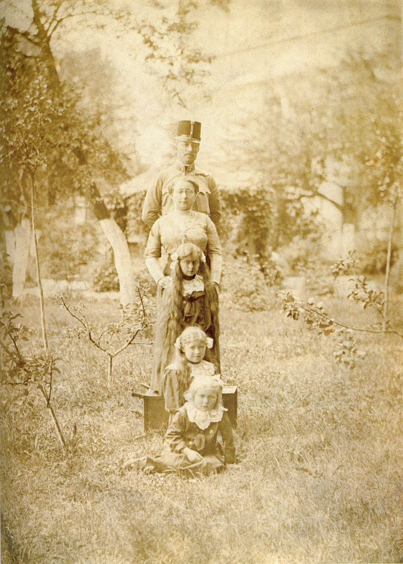 https://upload.wikimedia.org/wikipedia/commons/thumb/f/f8/Franciszek_Latinik_with_family.jpg/800px-Franciszek_Latinik_with_family.jpg