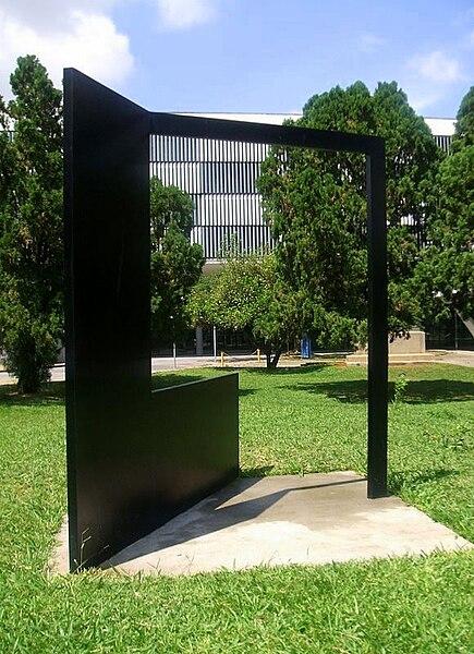 File:Franz Weissmann - Grande quadrado preto com fita, 1985.JPG