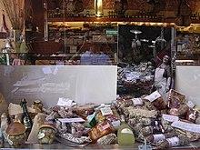 Vetrina di un negozio di specialità gastronomiche