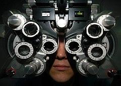 Uno strumento usato in oculistica.