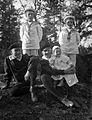Gruppbild av fyra pojkar i sjömanskostymer. Den ene håller en baby i famnen - Nordiska Museet - NMA.0057528.jpg