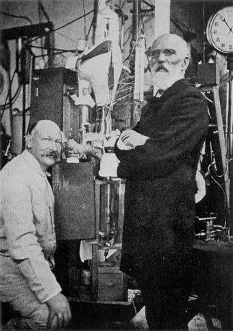 Heike Kamerlingh Onnes and Johannes van der Waals with the helium liquefactor at Leiden in 1908 Heike Kamerlingh Onnes and Johannes Diderik van der Waals.jpg
