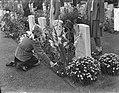 Herdenking Oosterbeek kinderen leggen bloemen, Bestanddeelnr 905-9614.jpg