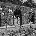 Hilde Eschen poseert bij een beeld in de tuin van Residenz Würzburg, Bestanddeelnr 254-3973.jpg