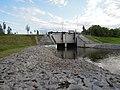 Hochwasser-Auslassbauwerk am Westende des Zwenkauer Sees für zwischenzeitlich angestautes Wasser der Weißen Elster im August 2017.jpg