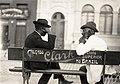 Homens conversando em banco de praça - Vincenzo Pastore.jpg