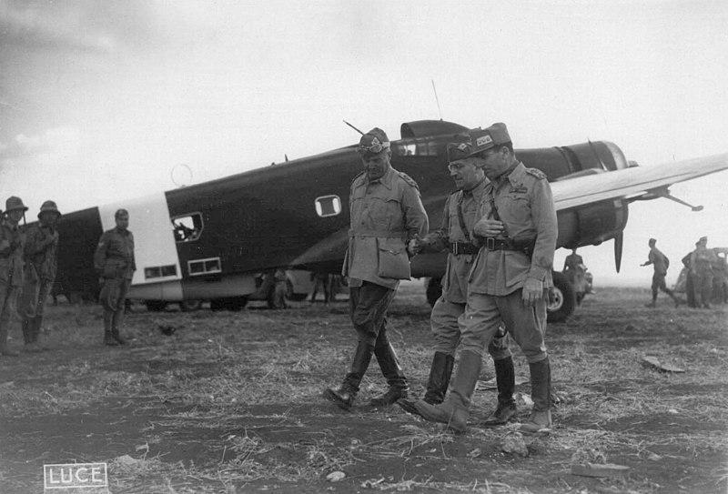 Il capo di stato maggiore Ugo Cavallero con i generali Ettore Bastico e Curio Barbasetti di Prun in un campo di aviazione nell%27estate 1942.jpg