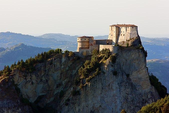 Il monte con la Rocca di San Leo.jpg