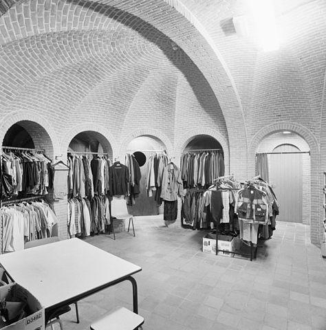 File interieur kapel omgang met tweedehands kleding for Intercity kleding