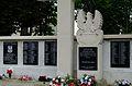 Józefów - kościół - pomnik przy murze (03).jpg