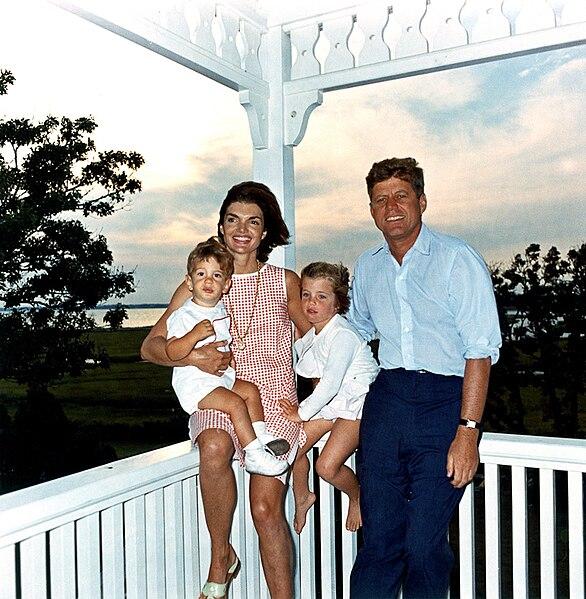 John F. Kennedy con su esposa Jacqueline y sus hijos, John, Jr. y Caroline, en 1962.