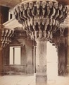 KITLV 92152 - Samuel Bourne - Pillar in the Dewan-i-kass at Fatehpur Sikri in India - Around 1870.tif