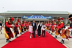 KOCIS President Lee Myung-bak and First Lady Kim Yoon-ok celebrating Children's day on May 5 (4583603272).jpg