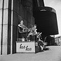 Kengänkiillottajapoikia Rautatieaseman edustalla Helsingin olympialaisten aikana - N210712 - hkm.HKMS000005-000002f2.jpg