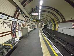 Kentish Town stn Northern line northbound look south