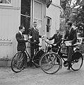 Koeriers op de fiets krijgen brieven uitgereikt, Bestanddeelnr 900-7438.jpg