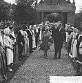 Koningin Juliana begeeft zich te voet naar het weeshuis, Bestanddeelnr 914-2864.jpg