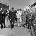 Koninklijk bezoek aan Aruba, koningin Juliana en prins Bernhard bekijken produkt, Bestanddeelnr 918-2631.jpg