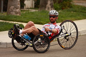 Fotografie tréninku Kylea Bryanta na jeho ležícím kole
