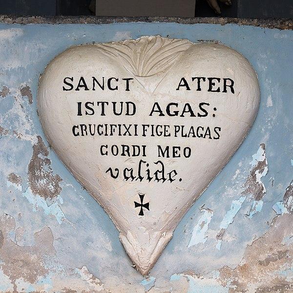 Cœur peint dans un sanctuaire en contrbas de l'église de La Chapelle-Craonnaise (Mayenne)