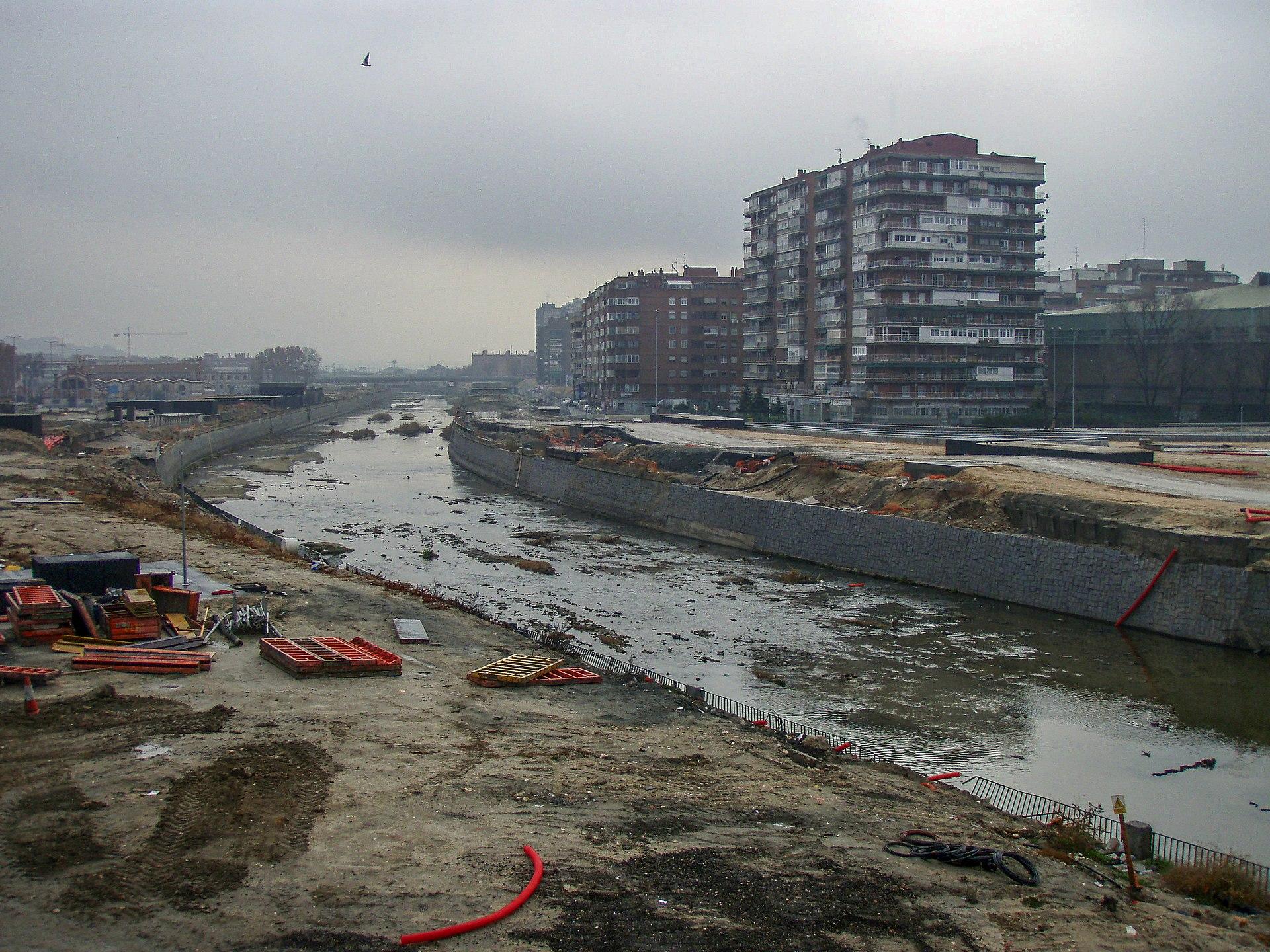 Obras en las márgenes del río. by Stromare