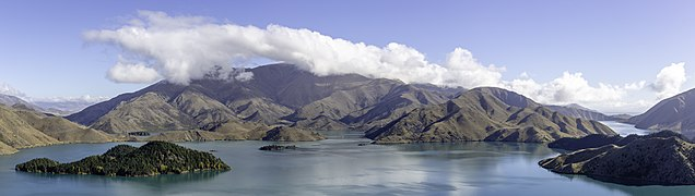 Lake Benmore with surrounding hills, New Zealand 02.jpg